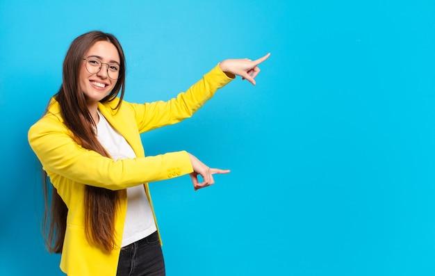 Młoda ładna bizneswoman z kopią przestrzeni