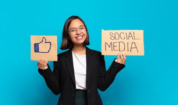 Młoda ładna bizneswoman z tablicami mediów społecznościowych