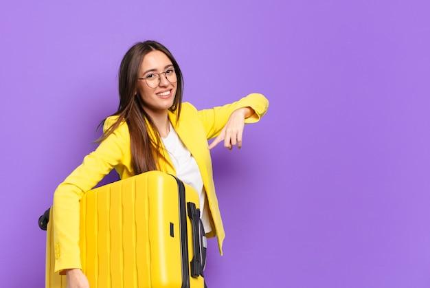 Młoda ładna bizneswoman z walizką