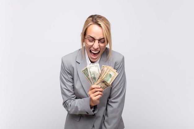 Młoda ładna blondynka bizneswoman trzyma pieniądze