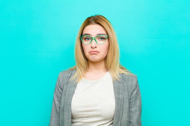 Młoda ładna blondynka czuje się smutna i płaczliwa z nieszczęśliwym spojrzeniem, płacze z negatywnym i sfrustrowanym nastawieniem