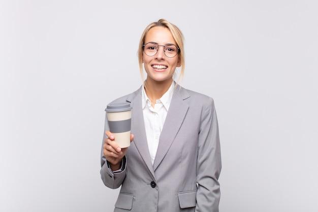 Młoda ładna blondynka z kawy na wynos