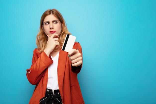 Młoda ładna blondynki kobieta z kredytową kartą