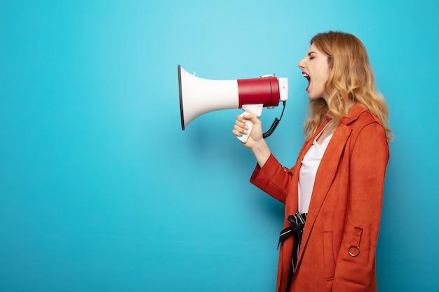 Młoda ładna blondynki kobieta z megafonem