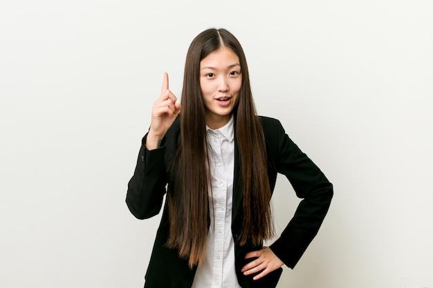 Młoda ładna chińska biznesowa kobieta ma pomysł, inspiraci pojęcie.