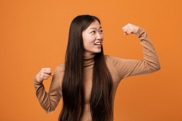 Młoda ładna chińska kobiety dźwigania pięść po zwycięstwa, zwycięzcy pojęcie.