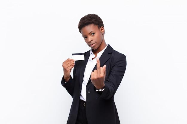 Młoda ładna Czarna Kobieta Czuje Się Zła, Zirytowana, Zbuntowana I Agresywna, Odwraca środkowy Palec, Walczy Z Kartą Kredytową Premium Zdjęcia