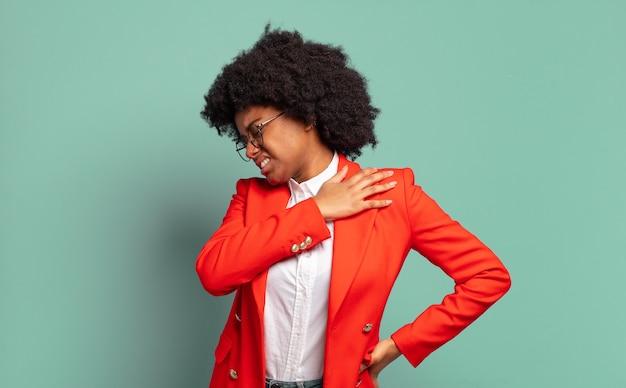 Młoda ładna czarna kobieta robi gest