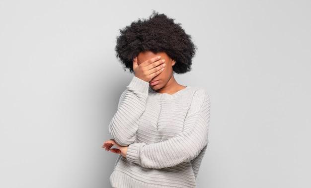 Młoda ładna czarna kobieta z gestem facepalm