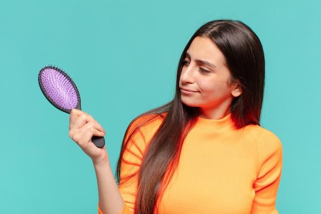 Młoda ładna dziewczyna koncepcja szczotki do włosów