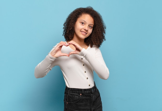 Młoda ładna dziewczyna na izolowanej ścianie