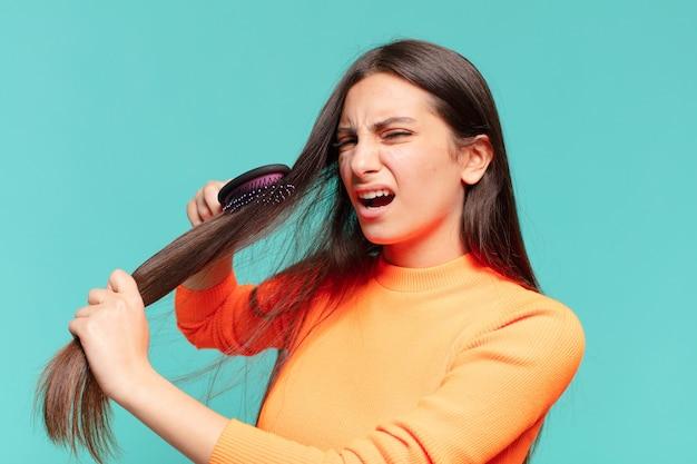 Młoda ładna dziewczyna nastolatek. koncepcja szczotki do włosów
