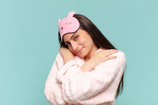 Młoda ładna dziewczyna nastolatek. szczęśliwy i zaskoczony wyraz twarzy. koncepcja piżamy