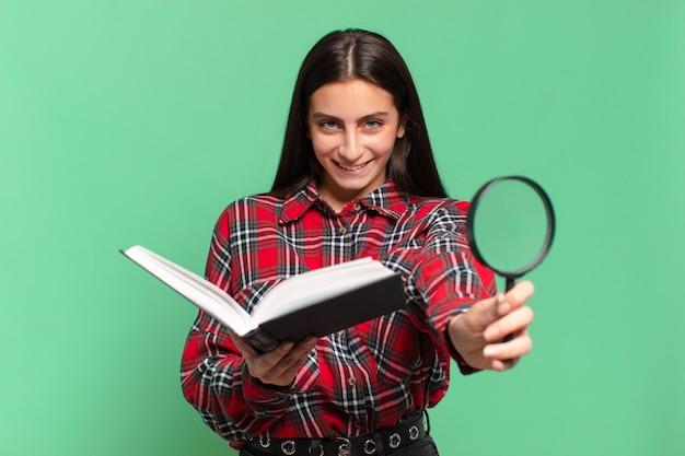 Młoda ładna dziewczyna nastolatek. szczęśliwy i zaskoczony wyraz twarzy. poszukiwanie w koncepcji książki