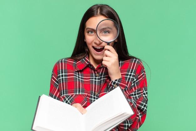 Młoda ładna dziewczyna nastolatek. zszokowany lub zdziwiony wyraz twarzy. poszukiwanie w koncepcji książki