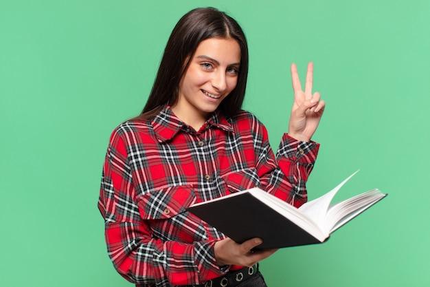 Młoda ładna dziewczyna nastolatka szczęśliwa i zdziwiona koncepcja studenta ekspresji