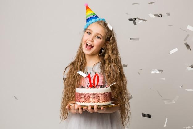 Młoda ładna dziewczyna obchodzi rocznicę dziesięciu lat