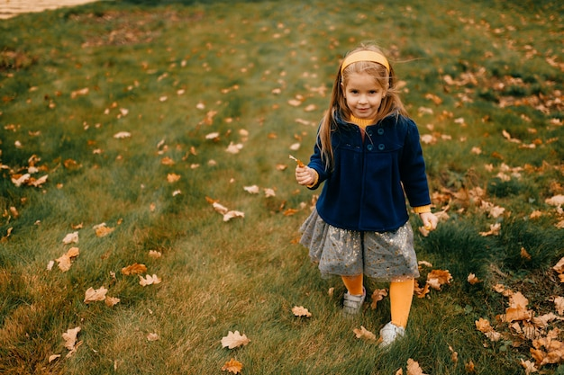 Młoda ładna dziewczyna pozuje jesienią