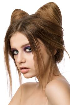 Młoda ładna dziewczyna pozuje z ładny kot uszy fryzury