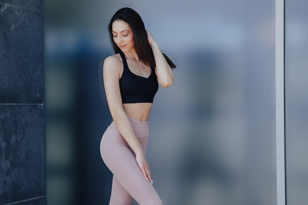 Młoda ładna dziewczyna w sportowej robi joga