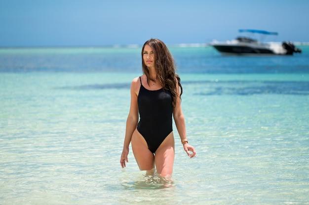 Młoda ładna gorąca seksowna kobieta na zwrotnik wyspie w lecie blisko morza i niebieskiego nieba ma zabawę