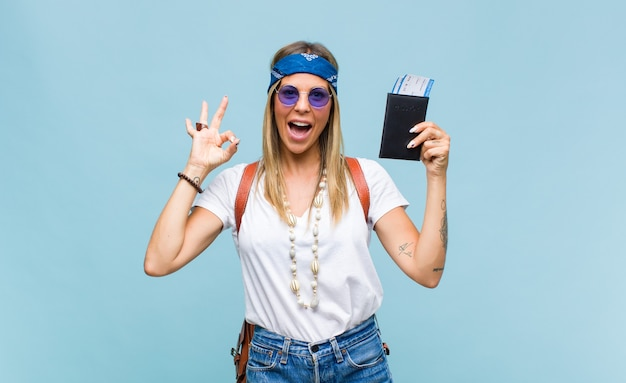Młoda ładna hipis kobieta z skórzaną torbą