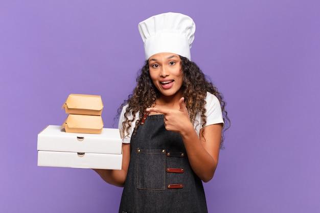 Młoda ładna hiszpańska kobieta koncepcja szefa kuchni grilla
