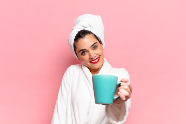 Młoda ładna hiszpańska kobieta szczęśliwa i zdziwiona koncepcja śniadania ekspresji