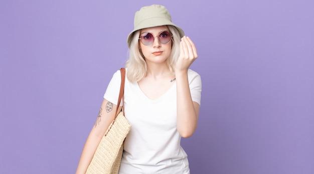 Młoda ładna kobieta albinos co capice lub pieniądze gest, mówiąc, aby zapłacić. koncepcja lato