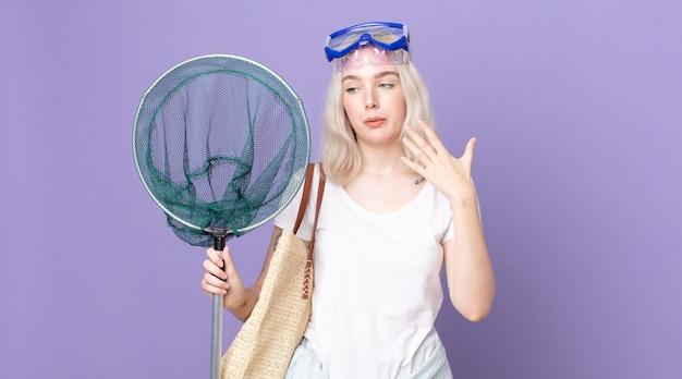 Młoda ładna kobieta albinos czuje się zestresowana, niespokojna, zmęczona i sfrustrowana goglami i siecią rybacką