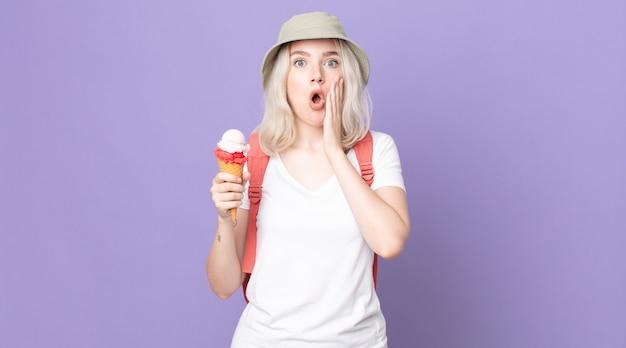 Młoda ładna kobieta albinos czuje się zszokowana i przestraszona .koncepcja letnia