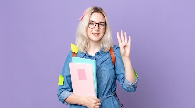 Młoda ładna kobieta albinos uśmiechnięta i przyjazna, pokazująca numer cztery. koncepcja studenta