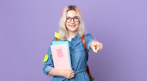 Młoda ładna kobieta albinos, wskazując na aparat wybierając ciebie. koncepcja studenta