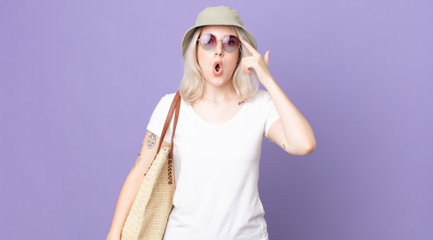 Młoda ładna kobieta albinos wyglądająca na zaskoczoną, realizująca nową myśl, pomysł lub koncepcję. koncepcja lato