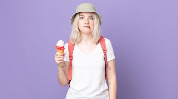 Młoda ładna kobieta albinos wyglądająca na zdziwioną i zdezorientowaną. koncepcja letnia