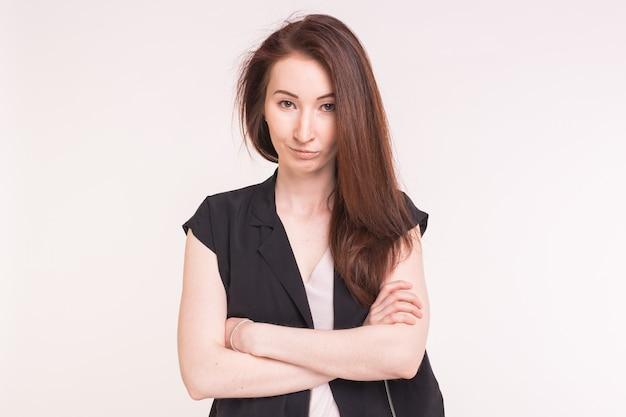 Młoda ładna kobieta azjatyckich skrzyżowała ramiona na białej powierzchni