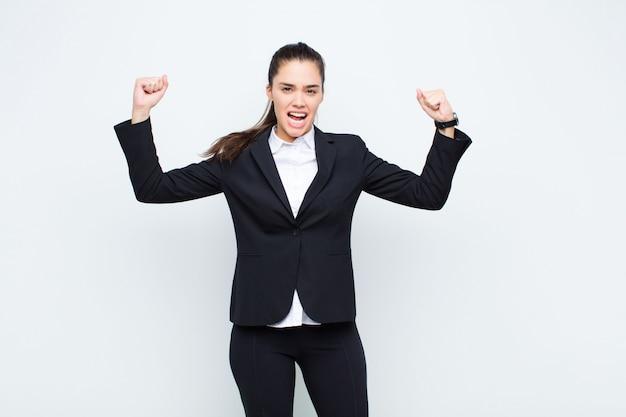 Młoda ładna kobieta czuje się dumny, arogancki i pewny siebie, patrząc zadowolony i udany, wskazując na własny biznes koncepcji