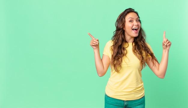 Młoda ładna kobieta czuje się jak szczęśliwy i podekscytowany geniusz po zrealizowaniu pomysłu i wskazaniu miejsca kopiowania