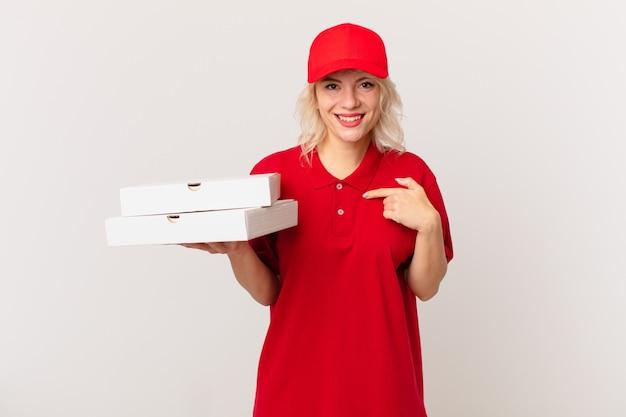 Młoda ładna kobieta czuje się szczęśliwa i wskazuje na siebie z podekscytowaniem. koncepcja dostarczania pizzy