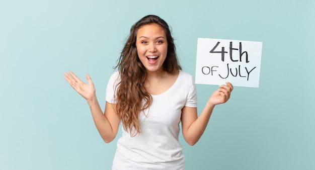Młoda ładna kobieta czuje się szczęśliwa i zdumiona czymś niewiarygodnej koncepcji dnia niepodległości
