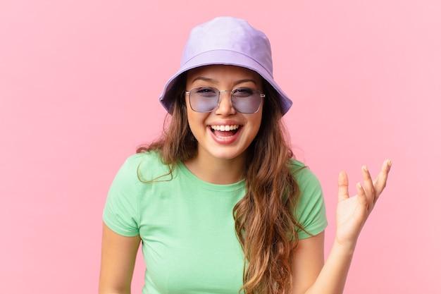 Młoda ładna kobieta czuje się szczęśliwa, zaskoczona, gdy zdaje sobie sprawę z rozwiązania lub pomysłu. koncepcja lato