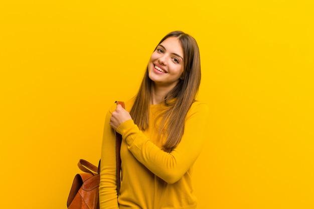 Młoda ładna kobieta czuje się szczęśliwy