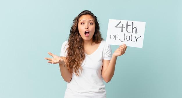 Młoda ładna kobieta czuje się wyjątkowo zszokowana i zaskoczona koncepcją dnia niepodległości