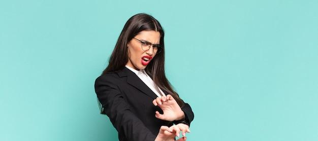 """Młoda ładna kobieta czuje się zdegustowana i ma mdłości, cofa się przed czymś paskudnym, śmierdzącym lub śmierdzącym, mówiąc """"fuj"""". pomysł na biznes"""