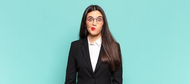 Młoda ładna kobieta czuje się zdezorientowana i wątpiąca, zastanawia się lub próbuje wybrać lub podjąć decyzję. pomysł na biznes