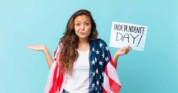 Młoda ładna kobieta czuje się zdziwiona, zdezorientowana i wątpi w koncepcję dnia niepodległości independence