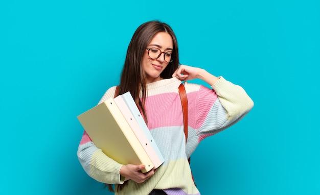 Młoda ładna kobieta czuje się zestresowana, niespokojna, zmęczona i sfrustrowana, ciągnie za szyję koszuli, wygląda na sfrustrowaną problemem