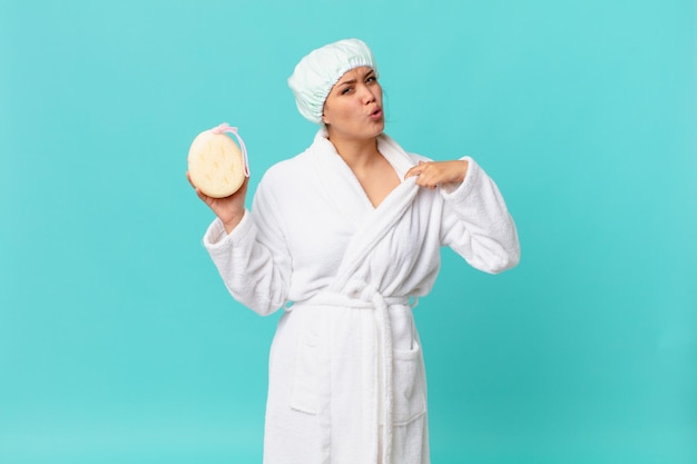 Młoda ładna kobieta czuje się zestresowana, niespokojna, zmęczona i sfrustrowana i nosi szlafrok po prysznicu