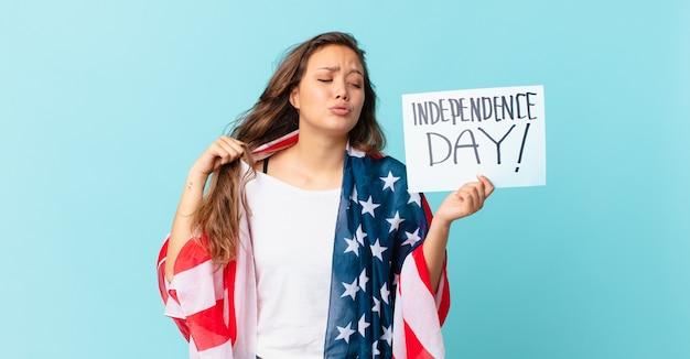 Młoda ładna kobieta czuje się zestresowana, niespokojna, zmęczona i sfrustrowana koncepcja dnia niepodległości