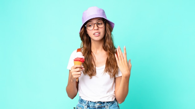 Młoda ładna kobieta czuje się zestresowana, niespokojna, zmęczona i sfrustrowana, trzymając loda. koncepcja lato